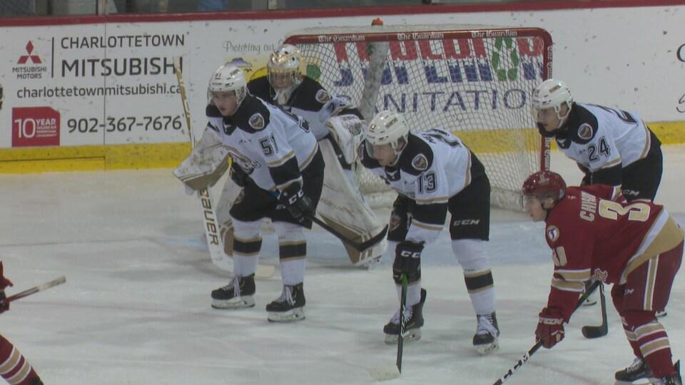 Lukas Cormier attend la mise au jeu. Il est devant son gardien sur la patinoire du centre Eastlink.