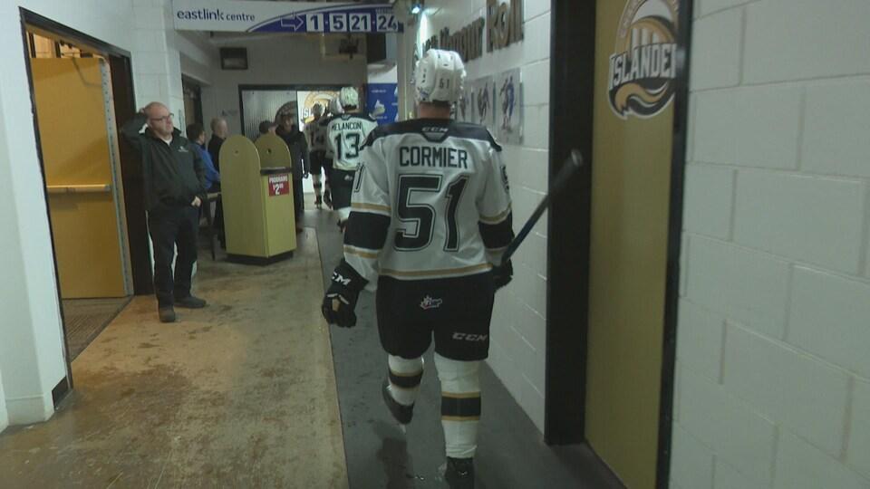 Lukas Cormier marche dans le couloir du centre Eastlink. Il est de dos et se diriger vers les vestiaires des Islanders de Charlottetown.