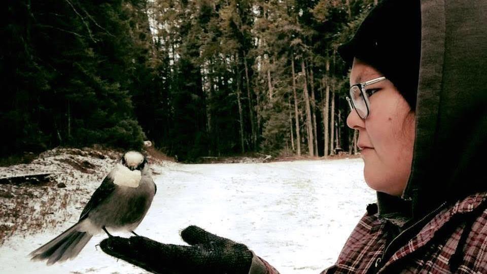 Magalie tient un oiseau.