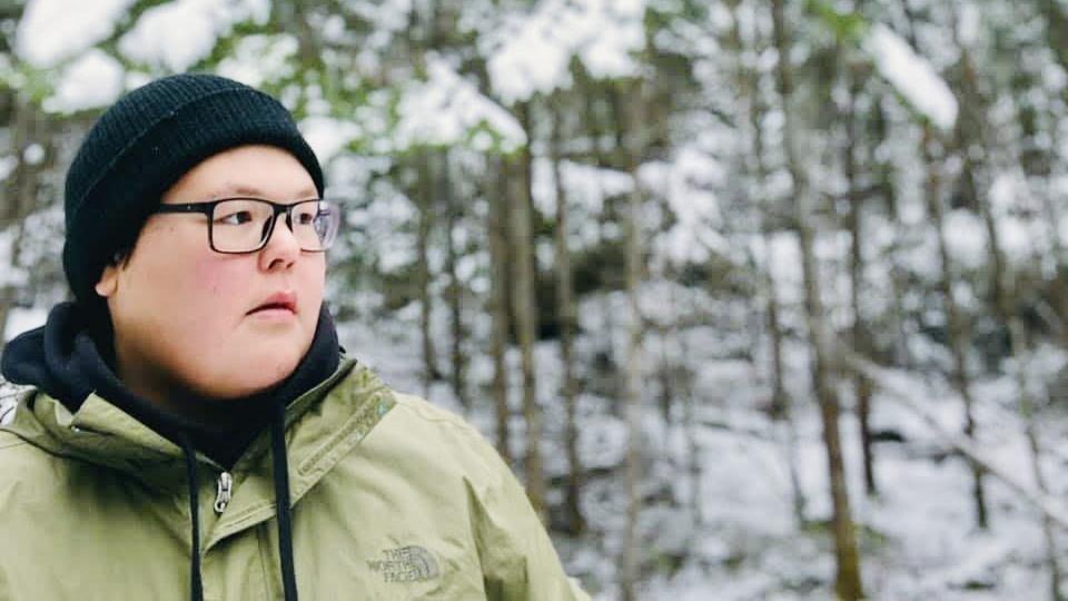 Magalie dans la forêt.