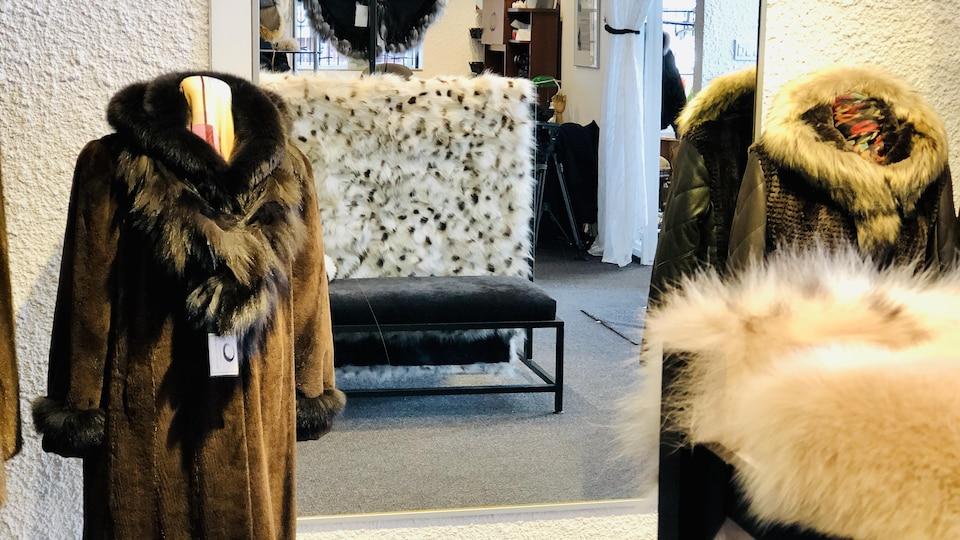 Un manteau de fourrure sur un présentoir.