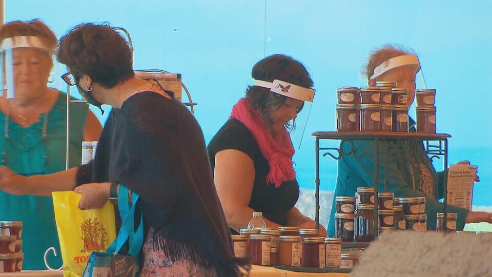 Une cliente et trois commerçantes du marché public de Sept-Îles