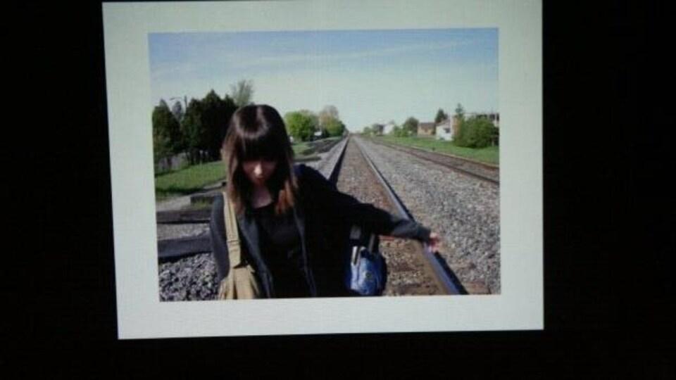 Marie-Lou sur les rails d'un chemin de fer
