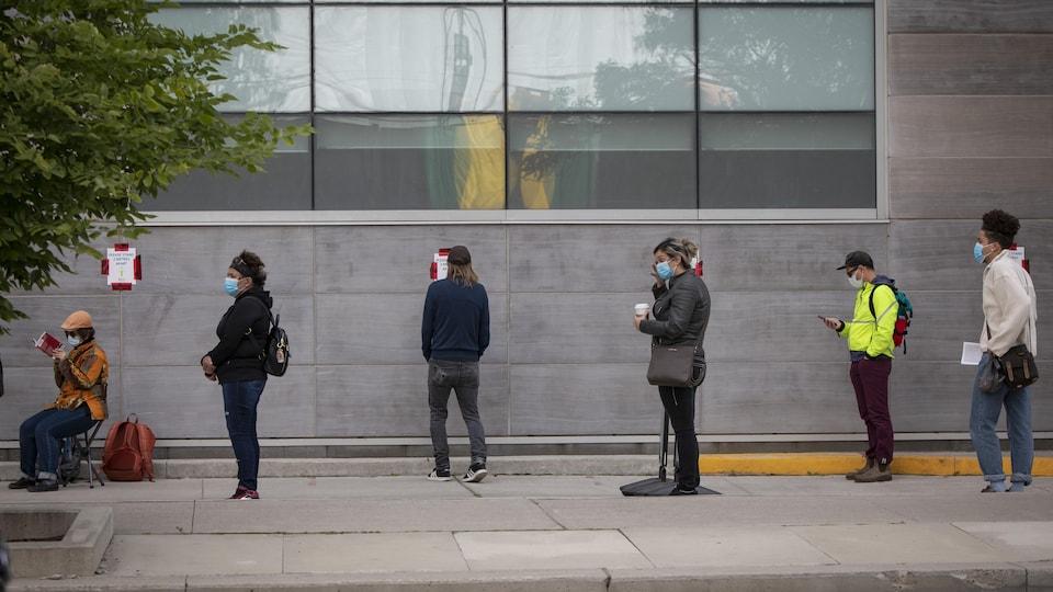 Une file d'attente à l'extérieur d'un centre de dépistage de Toronto.