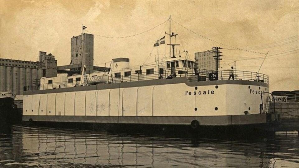 Un grand bateau sur le bord d'un quai.