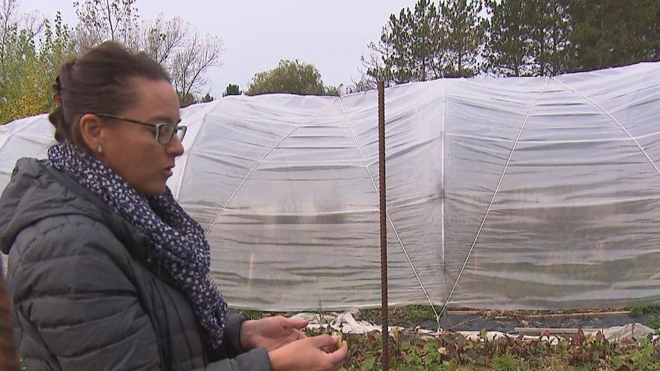 Mélanie Goulet devant sa ferme.