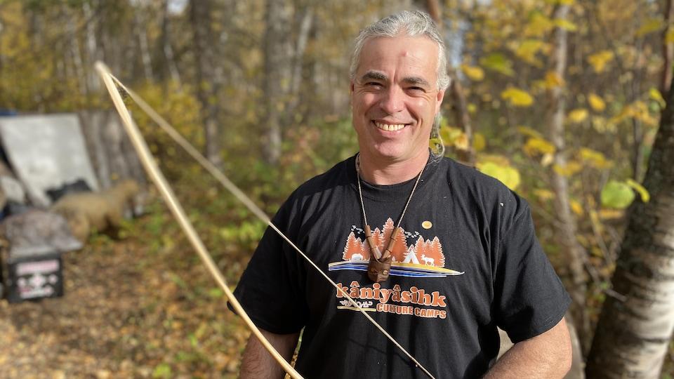 Michael Mayr avec un arc dans sa main.