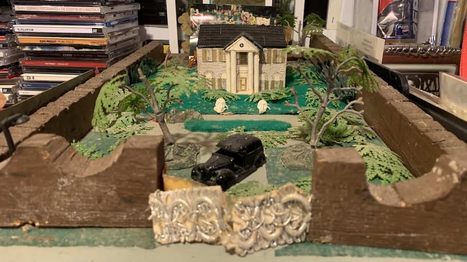 Passionné d'Elvis Presley, le jeune Gilles Lajoie, 13 ans, construit un modèle réduit en bâtons de pogos de la demeure de son idole.