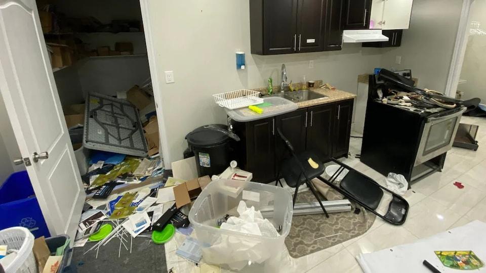 Une cuisine saccagée.