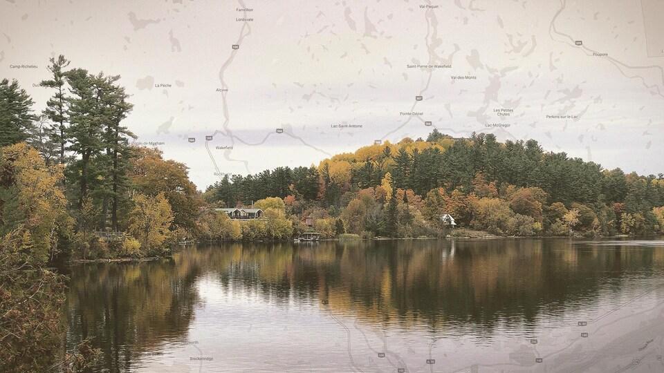Montage photo d'un paysage d'un village et d'une forêt sur le bord d'un lac et une carte de la région des Collines-de-l'Outaouais.