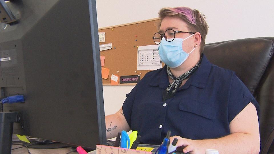 Noé Larose à un ordinateur.