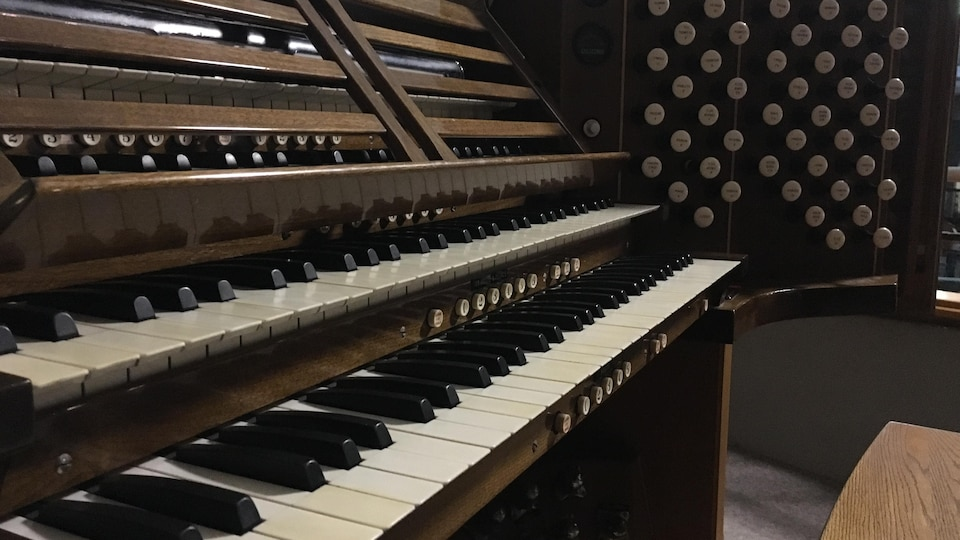 Un orgue avec quatre claviers superposés.