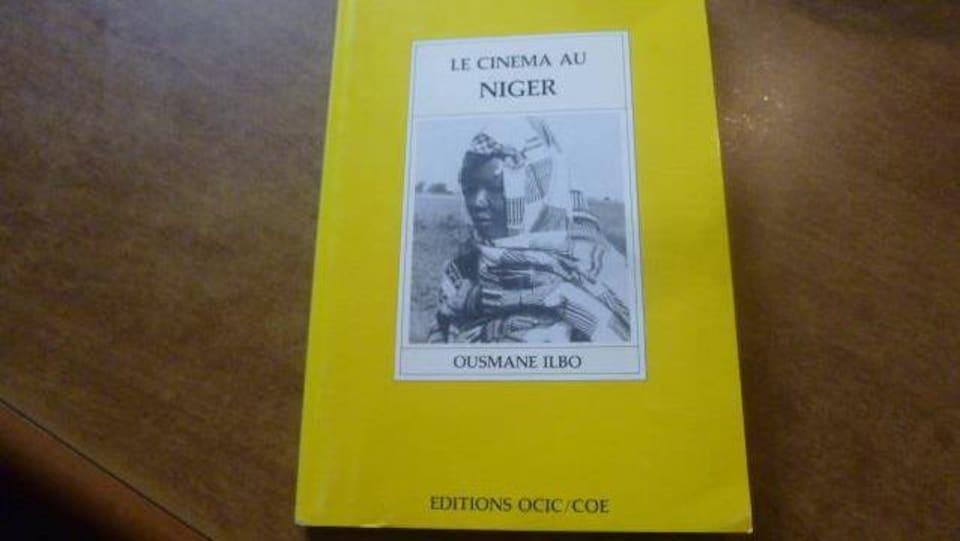 La couverture d'un livre jaune avec la photo d'une femme en noir et blanc.
