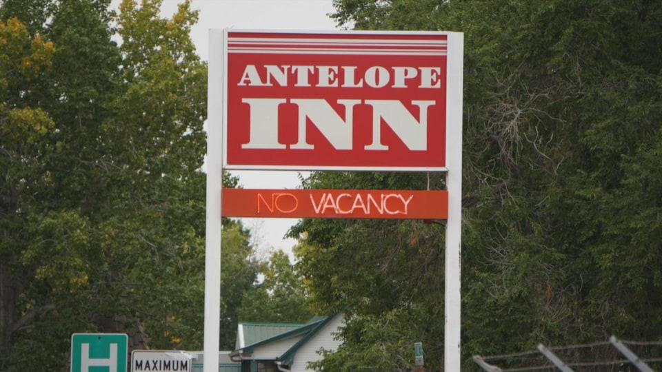 """Une pancarte d'hôtel affiche complet """"No vacancy"""" en anglais."""