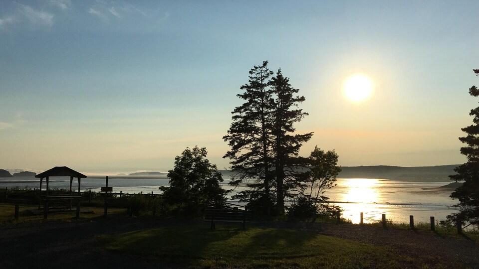 Photo d'un coucher de soleil dans le parc provincial de Five Islands en Nouvelle-Écosse.