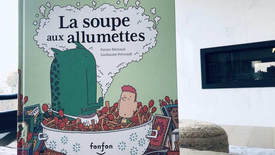 La couverture du livre « La soupe aux allumettes » montre un dragon et un petit garçon.