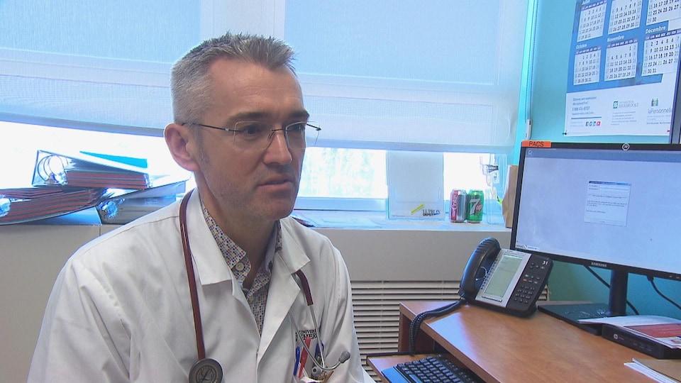 L'oncologue Michel Pavic recommande la pratique de l'escrime à ses patientes.