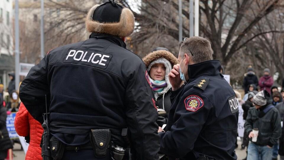 Des policiers de Calgary s'adressent à des manifestants contre les restrictions sanitaires en décembre 2020.