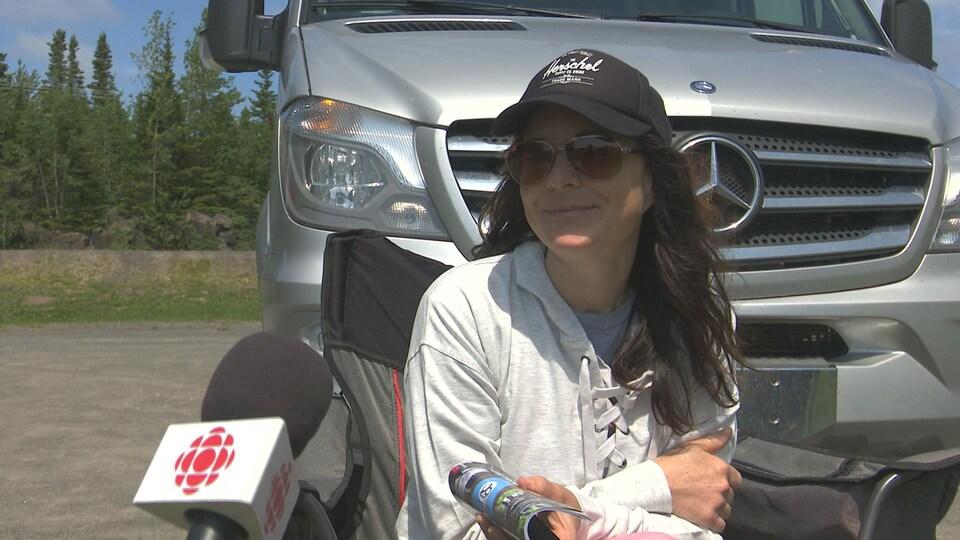 Priscilla Breton devant son véhicule récréatif.