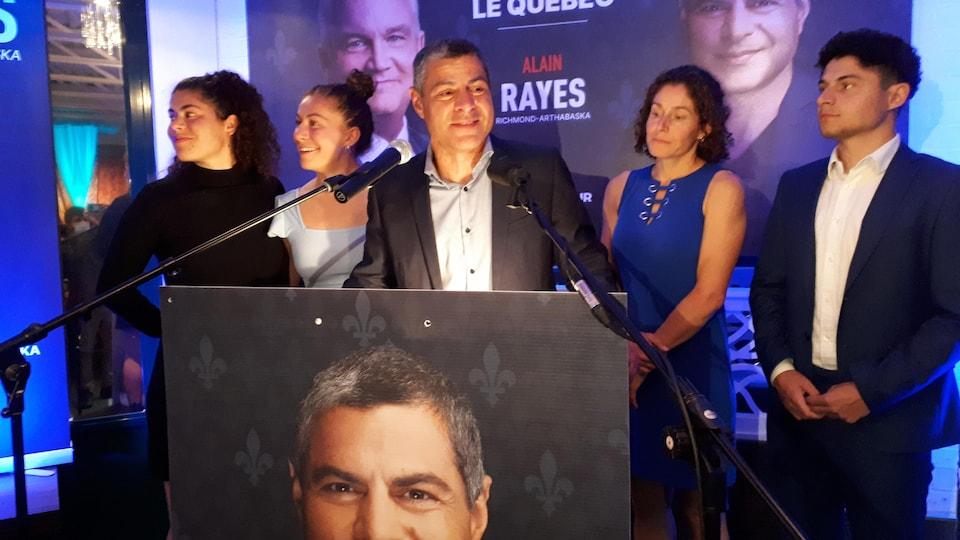 Alain Rayes fait son discours de la victoire devant sa famille.