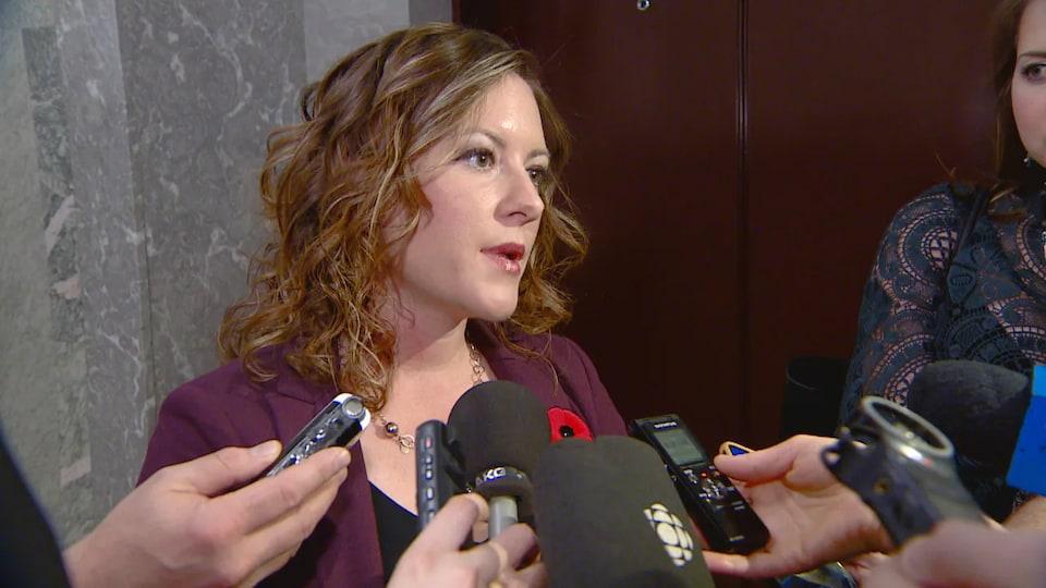 Rebecca Schultz, en point de presse, se fait interroger par des journalistes.
