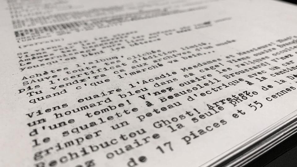 Gros plan d'une feuille avec du texte imprimé.