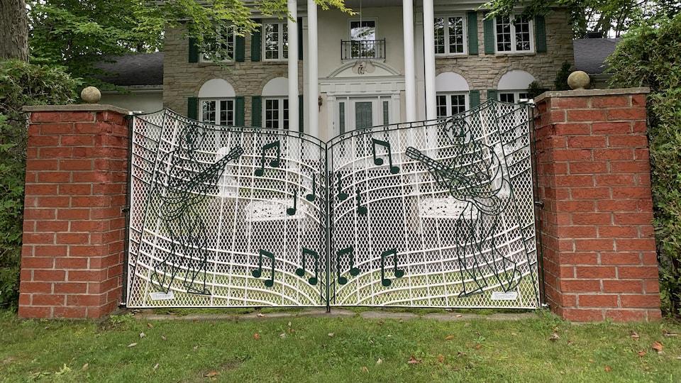 Même la clôture est une fidèle réplique, quoique plus petite, de celle qui se trouve devant la maison du King, à Memphis.