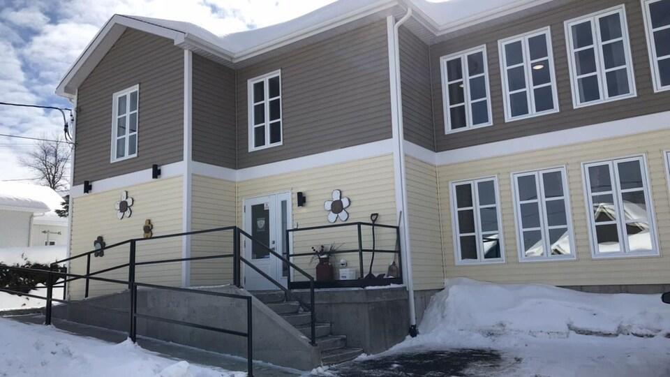 Une résidence privée pour aînés, vue de l'extérieur.