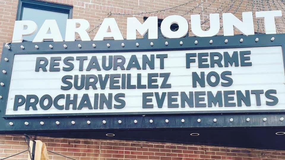 La marquise du restaurant Paramount indique que l'établissement est fermé.