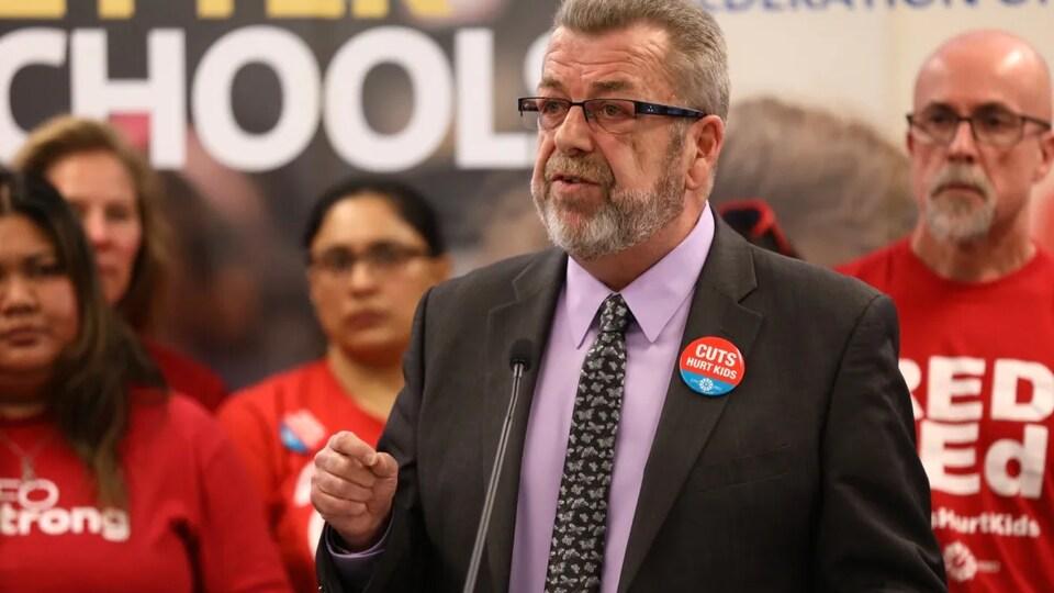 Sam Hammond parle devant des membres du syndicat.