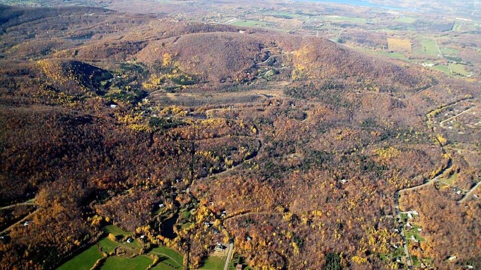 Le mont Shefford vu des airs.