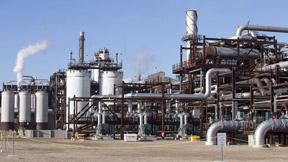 Un complexe industriel fait de tuyaux et de cheminées.