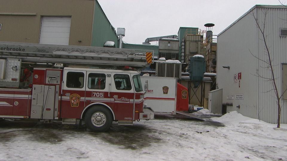 Un camion de pompier devant l'usine.