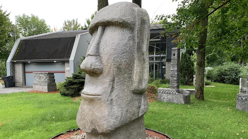 La reproduction d'une statue de l'île de Pâques se trouve devant la résidence de son créateur, Sylvain Bolduc, dans le secteur de Pointe-du-Lac, à Trois-Rivières.