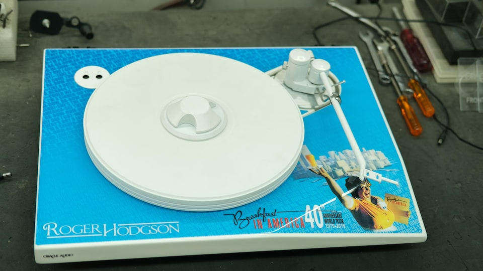 Un tourne-disque est décoré pour ressembler à la pochette de l'album Breakfast in America, avec un dessin d'une serveuse.