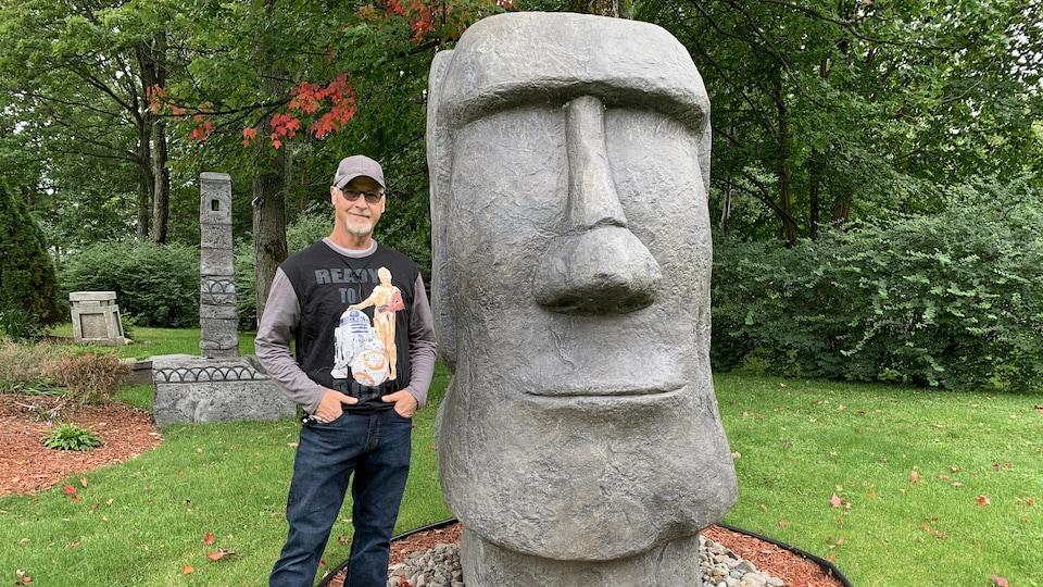 La statue de l'île de Pâques du secteur Pointe-du-Lac, à Trois-Rivières, et son créateur, Sylvain Bolduc.