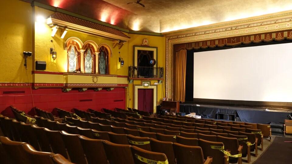 Intérieur d'une salle de projection du théâtre Mayfair.