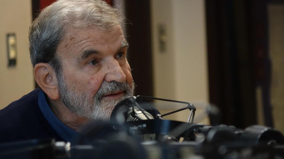 Tibor Egervari est assis en studio devant un micro.