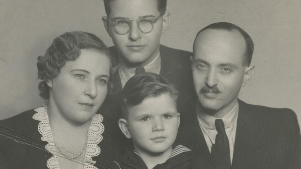 Tibor Egervari est le jeune garçon au centre de la photo.