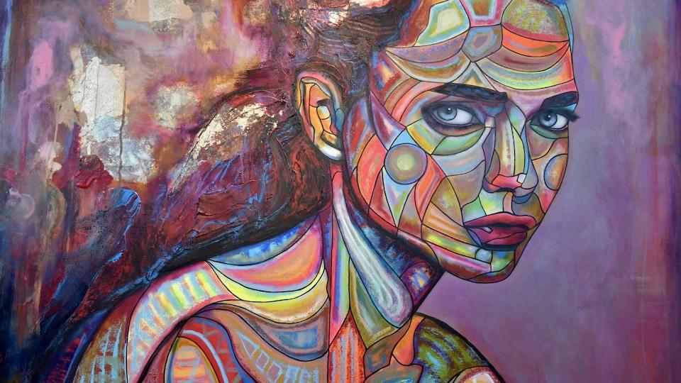 Une femme est dépeinte sur une toile.