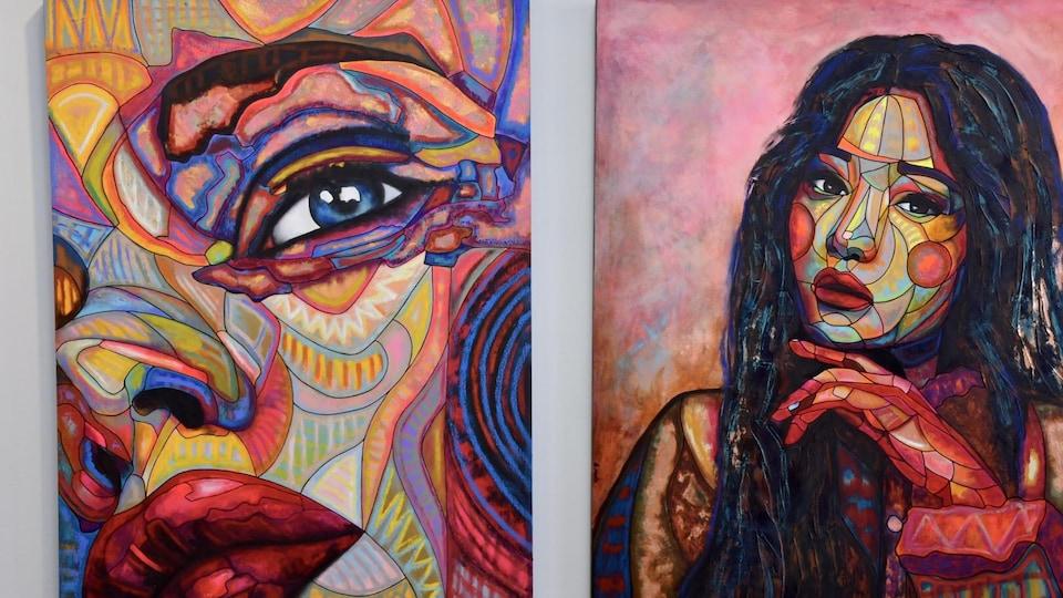 Des toiles présentent des visages féminins.