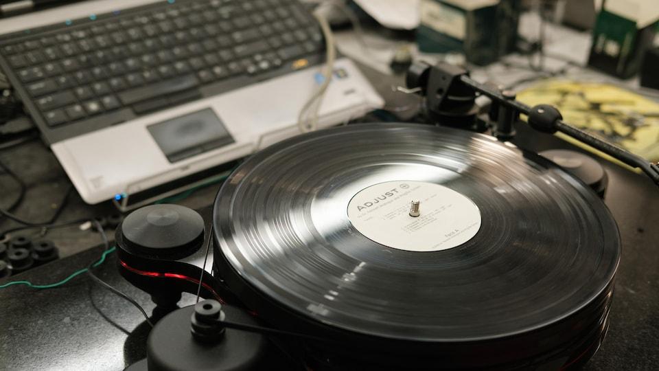 Un tourne-disque en fabrication.