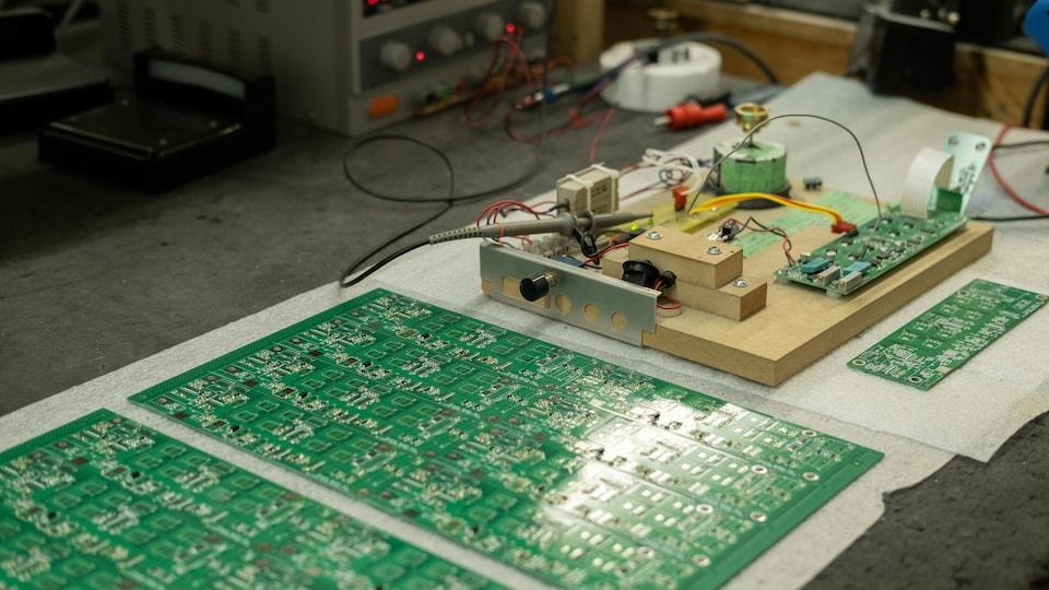Des parties internes d'un tourne-disque sont sur une table, prêtes à être assemblées.