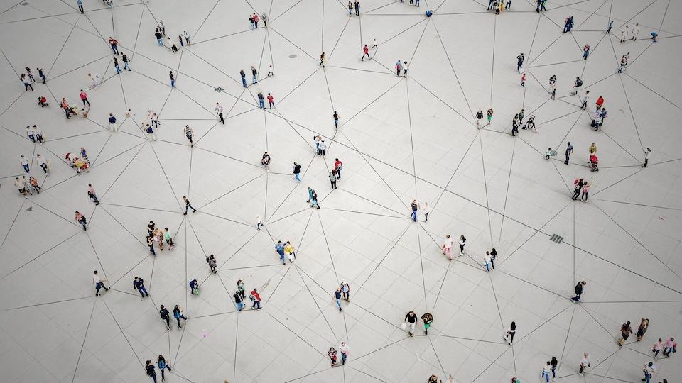 Des groupes de personnes qui sont reliés par des lignes pour simuler les contacts entre humains.