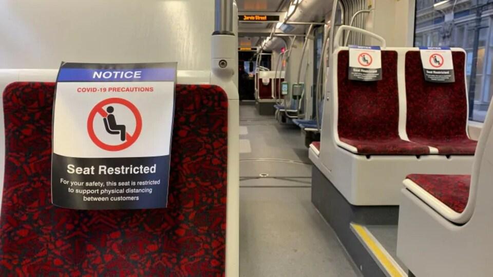 Des écriteaux interdisent d'utiliser des sièges dans les transports en commun de Toronto