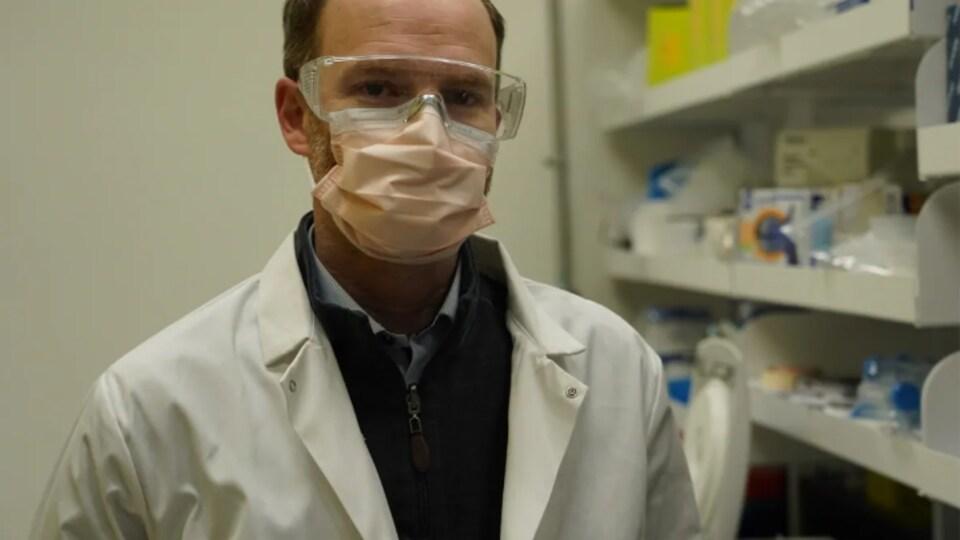 Tysor Graber dans un laboratoire devant la caméra.