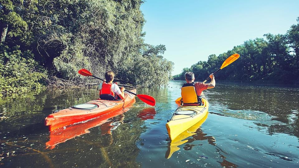 Deux personnes en kayak sur une rivière.