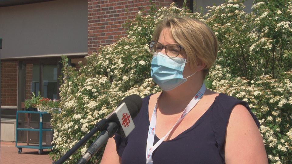 Valérie Beaudoin en entrevue portant le masque.