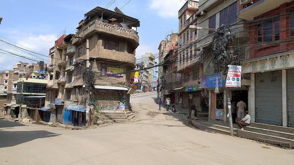 Une rue vide de monde et de voitures dans un pays peu développé.