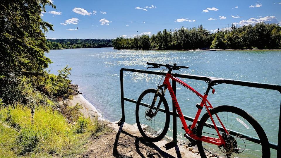 Vélo stationné en bordure de la rivière par une belle journée d'été.